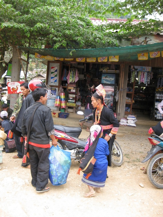 Loma Akha family discussion in market